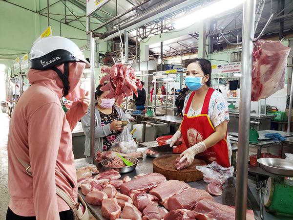 Các hộ kinh doanh và khách mua sắm tại chợ đều phải tuân thủ nghiêm việc đeo khẩu trang đúng cách