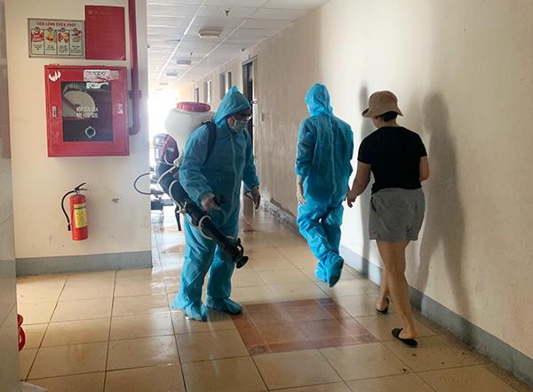 Phun thuốc khử khuẩn tại chung cư 12T3