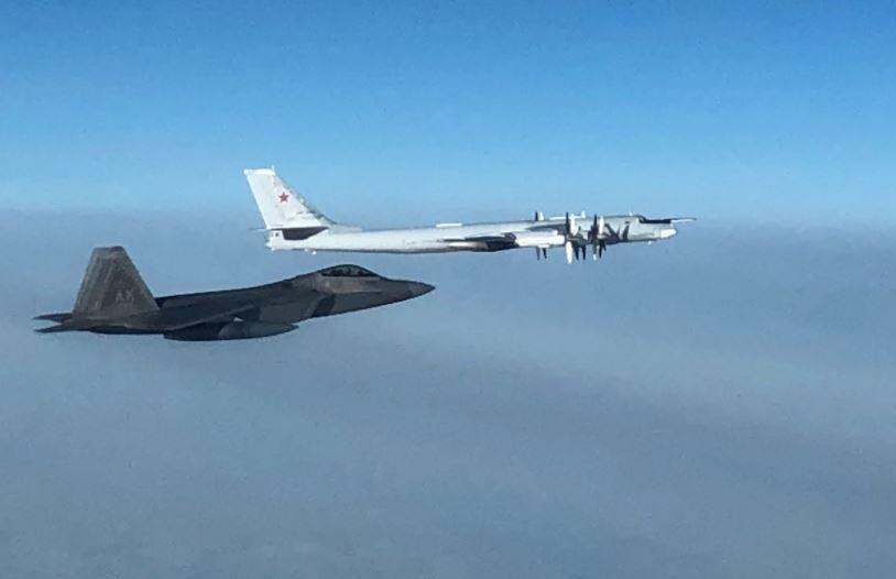 Một chiếc F-22 Raptor của Bộ Tư lệnh Phòng thủ Hàng không Vũ trụ Bắc Mỹ chặn một máy bay ném bom Tu-95 Bear của Nga trong không phận quốc tế gần Alaska vào ngày 19 tháng 10 năm 2020. NORAD nói tiêm kích F-22 đã bay lên theo dõi hai chiếc Tu-95 và một cặp tiêm kích Nga, nhưng các máy bay này không đi vào không phận của Mỹ hoặc Canada.