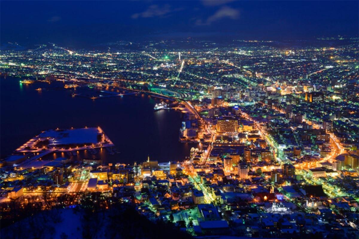 Hakodate là thành phố nằm ở phía Nam của Hokkaido và nổi tiếng nhất với cảnh đêm tuyệt đẹp. Trong đó, cảnh đêm nhìn từ núi Hakodate là đẹp nhất. Bạn có thể đi cáp treo để lên núi Hakodate, nhưng nên đi trước khi mặt trời lặn khoảng 1 tiếng để đến nơi trước đám đông khách du lịch khác và chọn được vị trí để đứng ngắm cảnh đêm thuận lợi nhất.