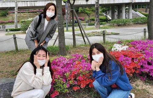 Gặp gỡ hội bạn cũ, Choi Ji Woo khoe nhan sắc tươi trẻ nhưng vẫn kém vợ của tài tử Cha In Pyo