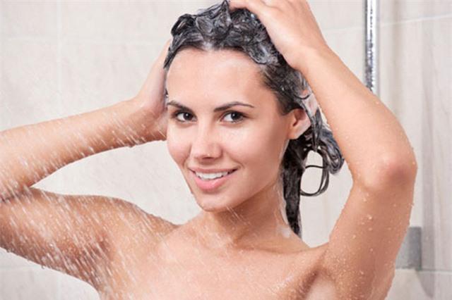 Gội đầu quá nhiều cũng gây tổn hại cho tóc