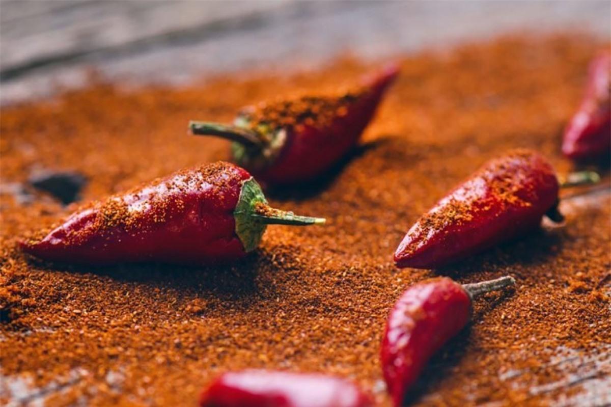 Ăn cay: Các món ăn cay có tác dụng như một loại nguyên liệu ức chế khẩu vị tự nhiên, nhờ có hoạt chất capsaicin trong các loại ớt cay. Thêm vào đó, vị cay nồng cũng khiến bạn ăn chậm hơn và ăn ít hơn nếu bạn không phải người giỏi ăn cay.