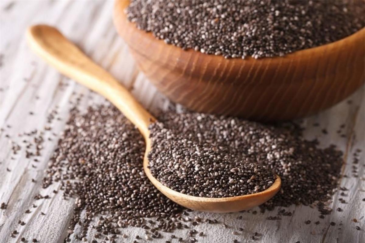Dùng hạt chia làm topping: Hạt chia rất giàu chất xơ, nhờ đó rất hiệu quả trong ức chế khẩu vị. Hãy rắc hạt chia lên sữa chua, yến mạch, hoặc trộn chúng với sinh tố hay bánh nướng, chúng sẽ giúp bạn thấy no trong nhiều giờ.