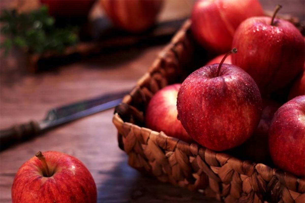 Ăn táo: Ăn một quả táo mỗi ngày không chỉ giúp phòng ngừa nhiều loại bệnh tật, mà còn hỗ trợ quá trình giảm cân của bạn. Táo chứa pectin, chất xơ hòa tan và rất nhiều nước, nhờ đó rất hiệu quả trong việc giảm cảm giác thèm ăn.