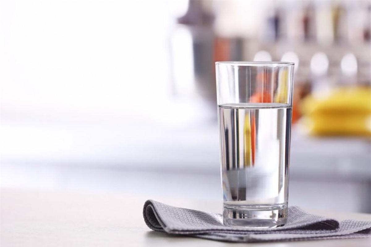 Uống nhiều nước: Uống hai cốc nước trước khi ăn sẽ giúp bạn ăn ít hơn. Hoặc nếu bạn không thích cảm giác nhạt nhẽo của nước, bạn có thể thay bằng nước ép trái cây tươi hoặc các loại rau với hàm lượng nước cao như rau diếp, dưa chuột, củ cải hay cần tây.