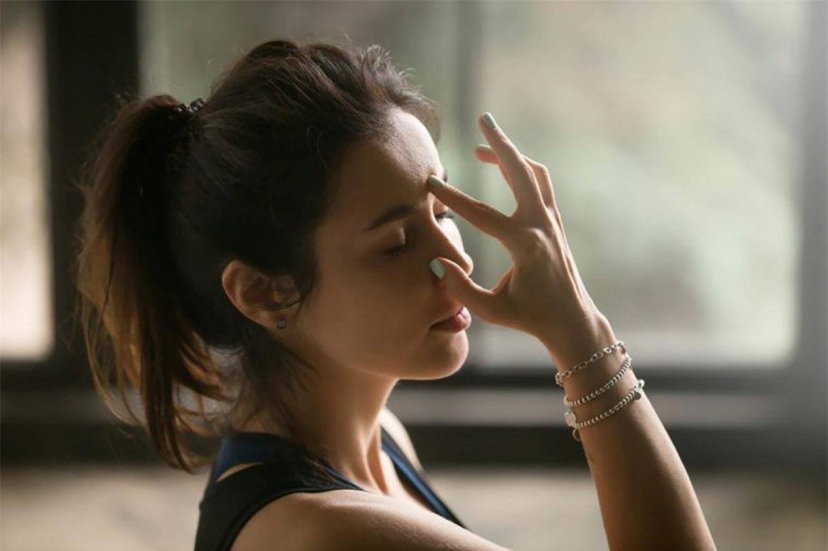 Tập hít thở: Khi bạn bị căng thẳng, cơ thể sẽ tiết nhiều hormone cortisol, gây tích tụ mỡ bụng và nhiều vấn đề sức khỏe mãn tính khác. Căng thẳng còn khiến bạn thèm đồ ngọt và các thực phẩm giàu carbs hơn, vì chúng chứa serotonin giúp bạn cảm thấy thư thái và bình tĩnh. Tập hít thở sâu để kiểm soát căng thẳng sẽ giúp bạn giảm cảm giác thèm ăn này.