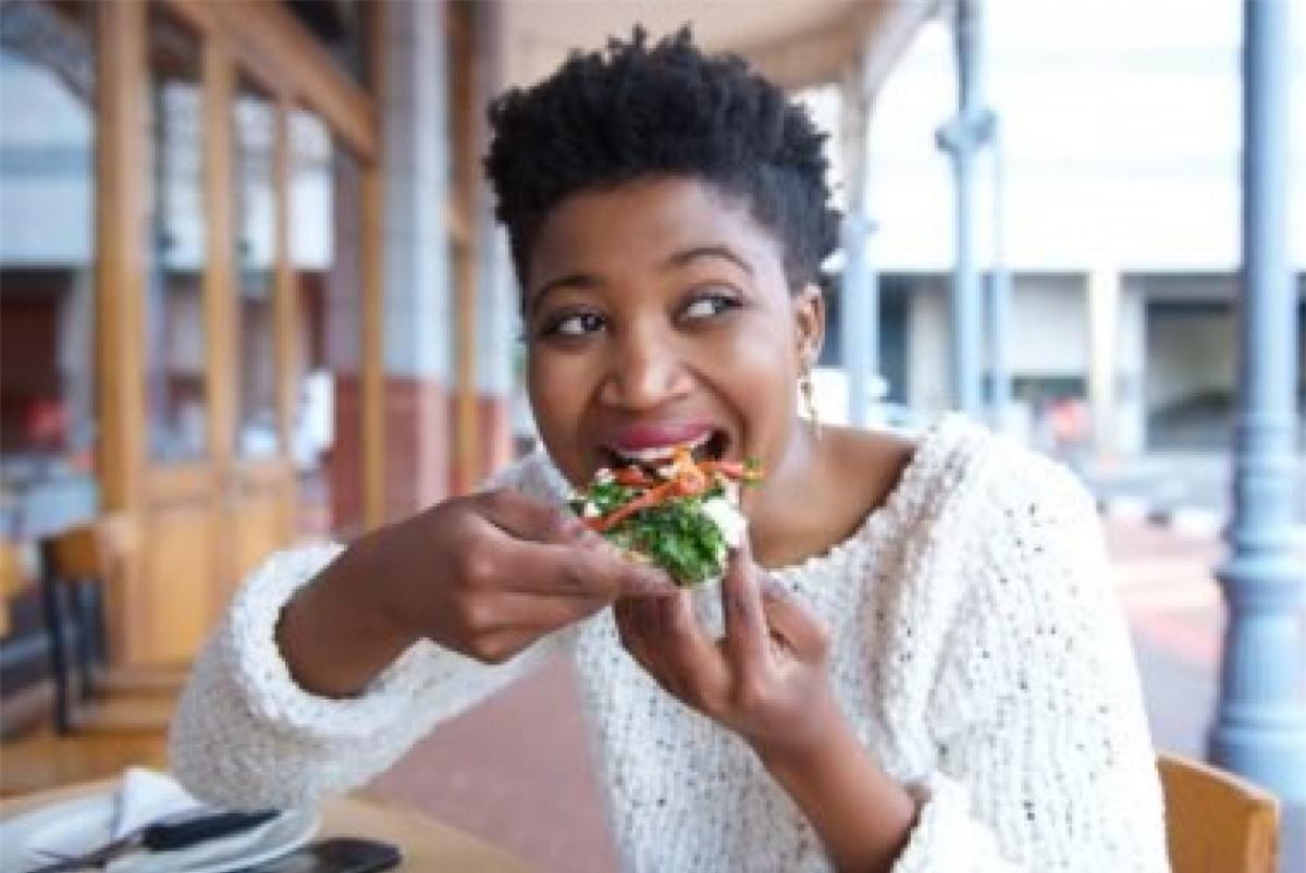 Ăn uống lưu tâm (Mindful eating): Ăn uống lưu tâm, tức để tâm đến từng lần nhai nuốt, đến hương vị và cấu trúc của loại thức ăn bạn đang ăn, là một kỹ thuật rất hiệu quả trong kiểm soát ăn uống và ngăn tình trạng ăn vô độ hay ăn theo cảm xúc./