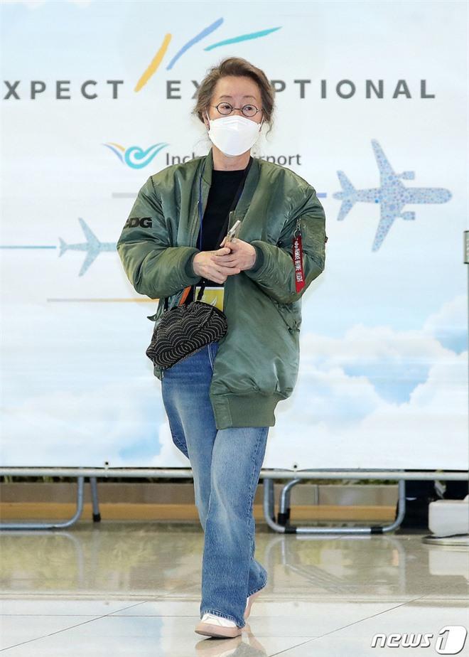 Sao nữ 74 tuổi đã có mặt ở sân bay Hàn Quốc sau chiến thắng lịch sử tại Oscar, phong cách ăn mặc khiến Knet ngỡ ngàng - Ảnh 2.