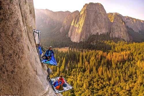 'Thót tim' với những nhà leo núi liều mạng cắm trại trên vách đá