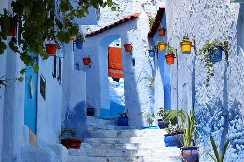Ngắm thị trấn được sơn toàn màu xanh đẹp như trên thiên đường