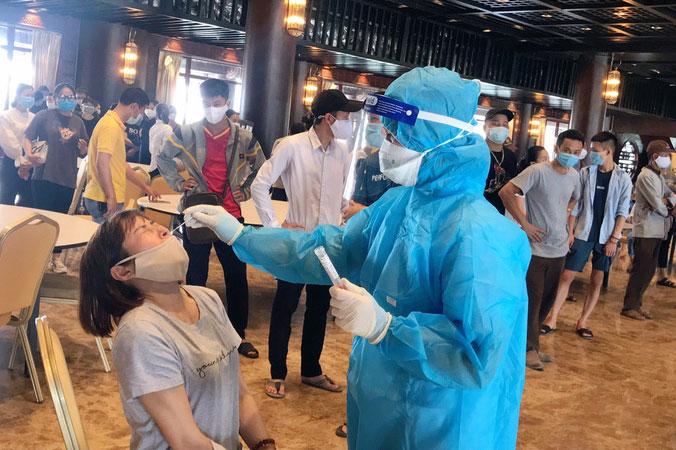 Cán bộ Trung tâm Kiểm soát bệnh tật lấy mẫu xét nghiệm SARS-CoV-2 tại chùa Tam Chúc, Kim Bảng, Hà Nam.