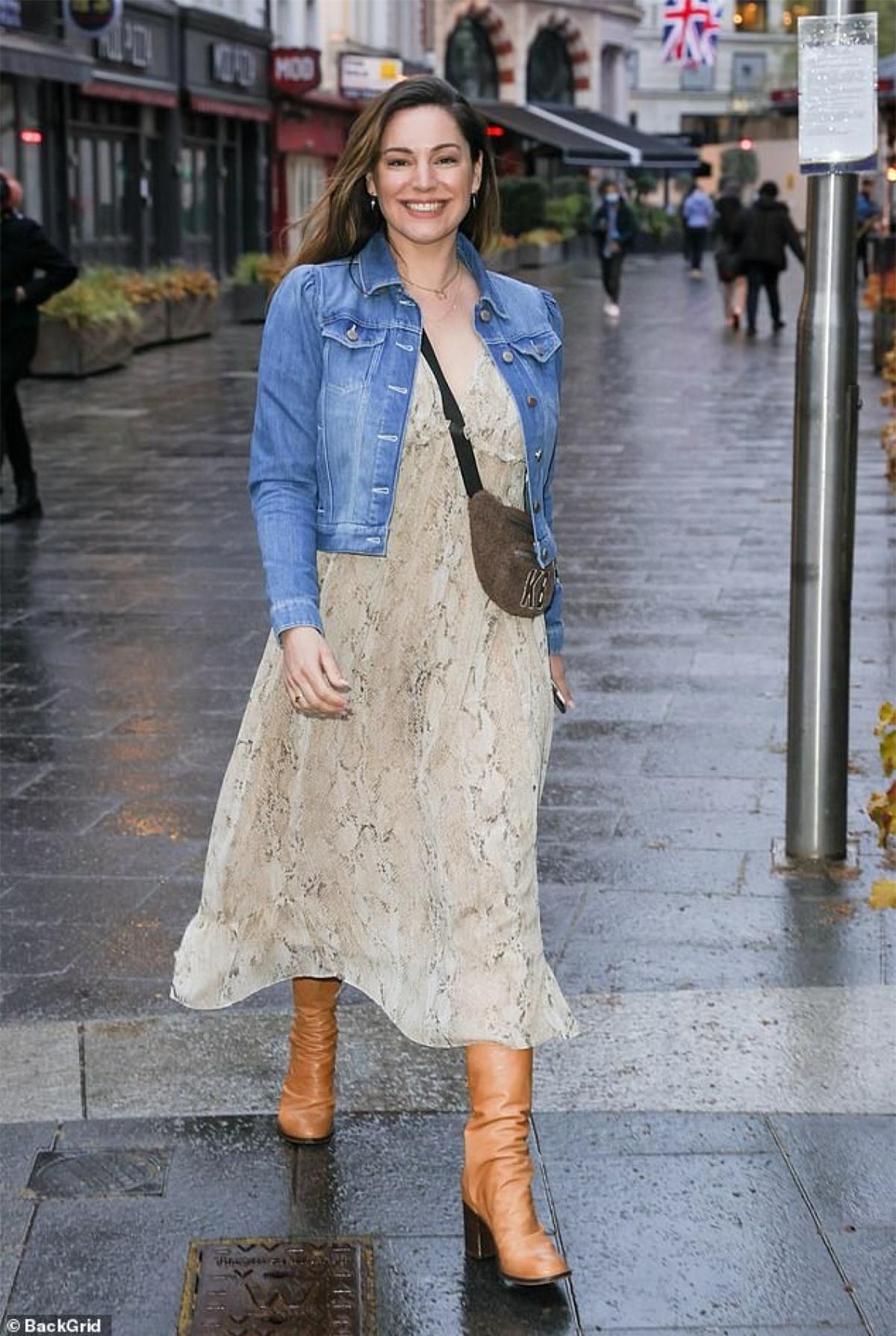 Kelly Brook xuất hiện rạng rỡ trên đường phố London ngày 28/4.