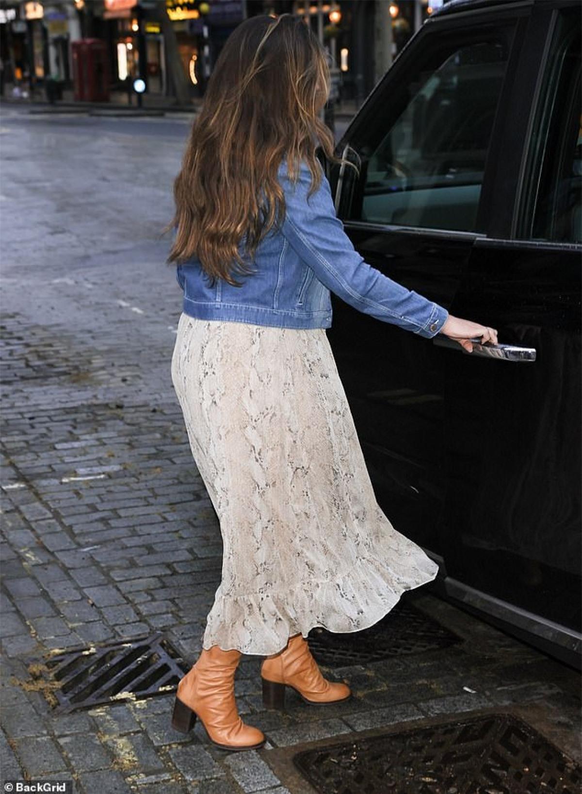 Được biết, người đẹp vừa rời khỏi phòng làm việc, ra phố đi dạo trên đường ướt mưa.