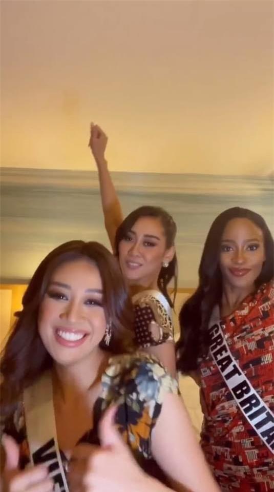 Khánh Vân diện đồ bộ Việt Nam cùng các bạn thí sinh Hoa hậu Hoàn vũ khoe dáng trước ống kính - Ảnh 2.