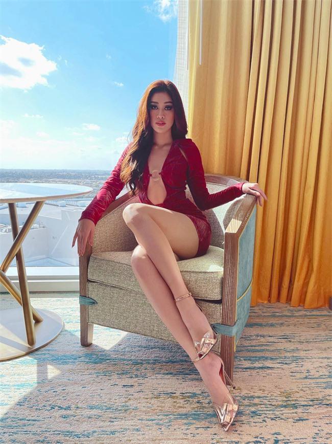 """Khánh Vân """"đốt mắt"""" cộng đồng mạng bằng outfit hở bạo trong ngày thứ 2 """"ra quân"""" Miss Universe 2020 - Ảnh 3."""