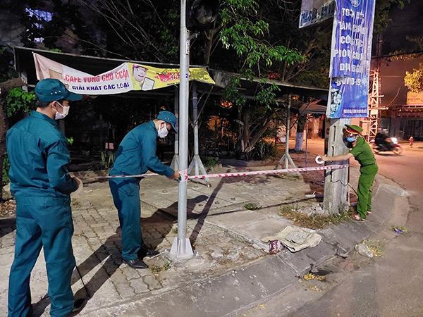 Lực lượng chức năng phường Hòa Minh lập rào chắn cảnh báo tại khu vực chung cư đường Kinh Dương Vương