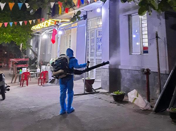 Phun thuốc khử khuẩn khu vực chung cư đường Kinh Dướng Vương