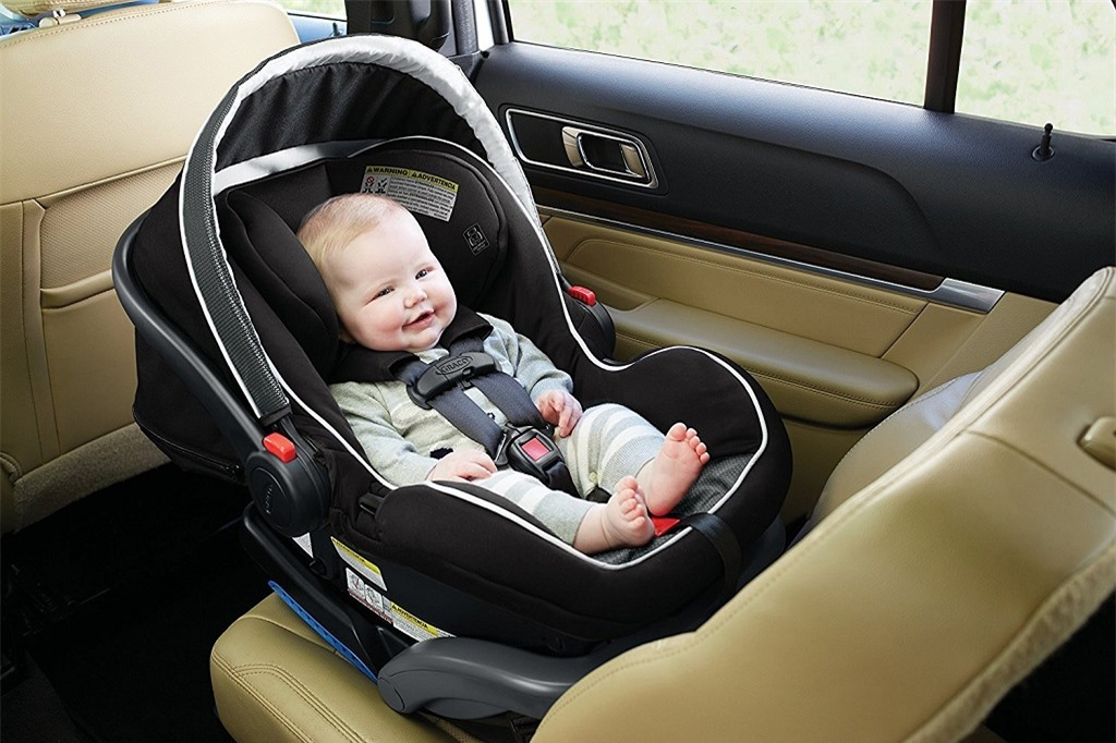bố mẹ cần lưu ý khi đi xe ô tô cùng bé