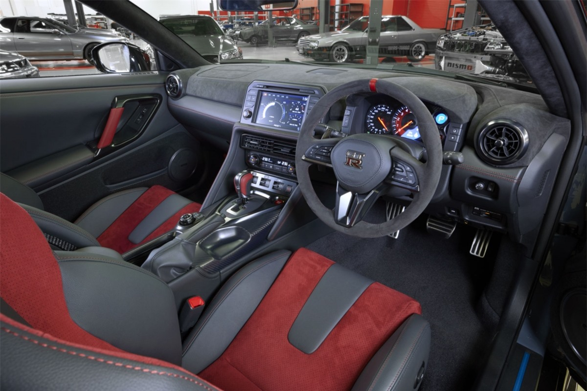 Sức mạnh vẫn được truyền đến bánh xe thông qua hộp số ly hợp kép 6 cấp cùng hệ dẫn động AWD, nhờ đó, xe có được khả năng tăng tốc lên 100 km/h từ vị trí đứng yên trong chỉ chưa đầy 3 giây và tốc độ tối đa đạt 330 km/h.