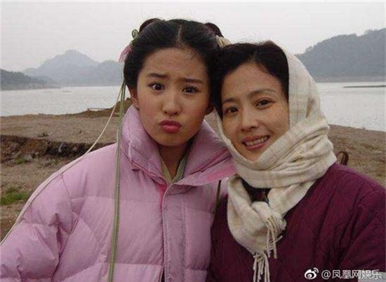 Nhan sắc mẹ ruột của các mỹ nhân Hoa ngữ: Người có vẻ đẹp hơn hẳn con gái - Ảnh 2.