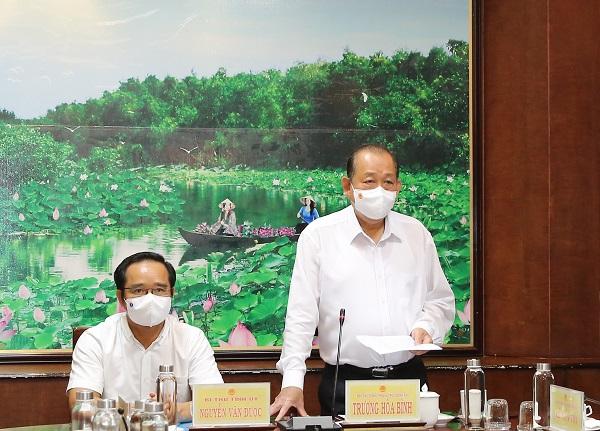 Phó Thủ tướng Thường trực Chính phủ Trương Hòa Bình yêu cầu Long An không được lơ là, chủ quan trong phòng, chống COVID-19. Ảnh: VGP