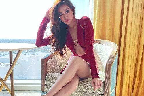 """Khánh Vân """"đốt mắt"""" cộng đồng mạng bằng outfit hở bạo trong ngày thứ 2 """"ra quân"""" Miss Universe 2020"""