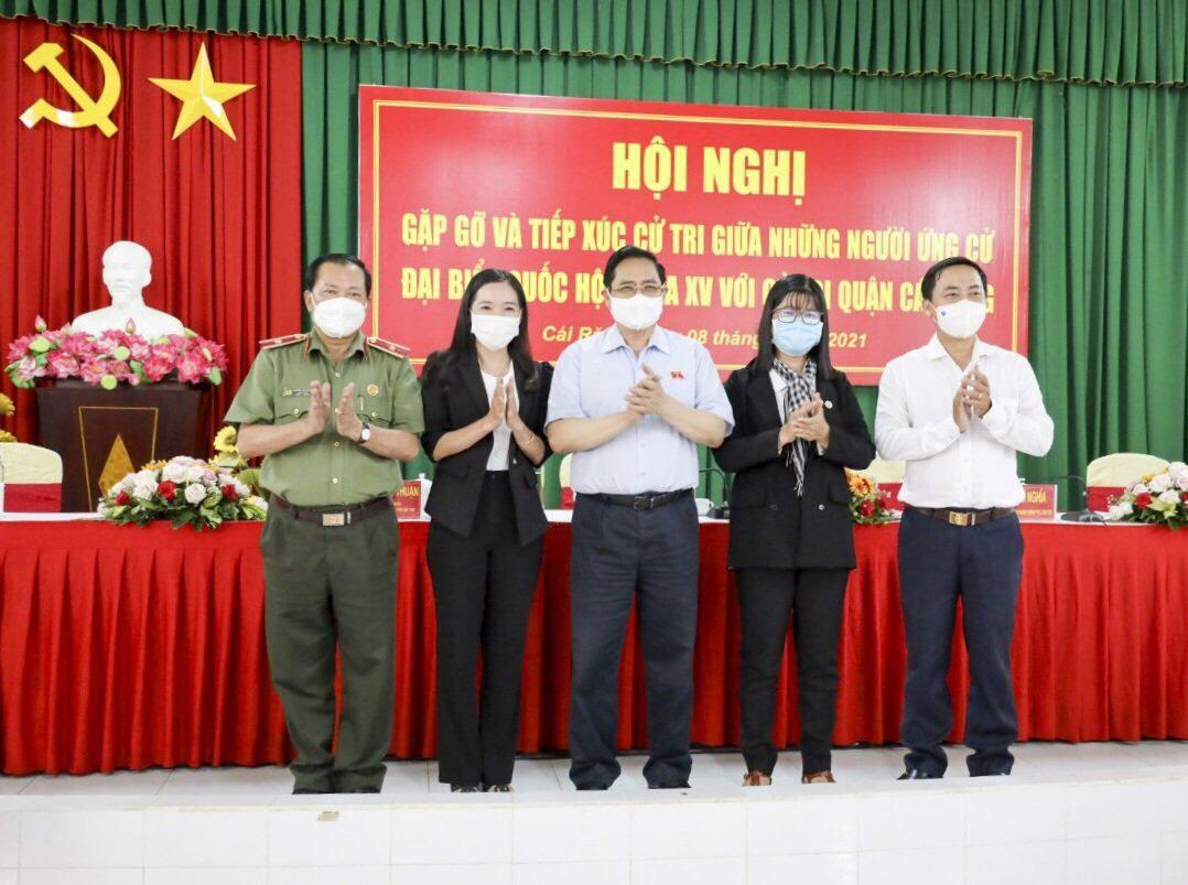Bà Thoa ( thứ 2 từ trái qua ) trong buổi gặp gỡ, tiếp xu4c cử tri cùng TTCP