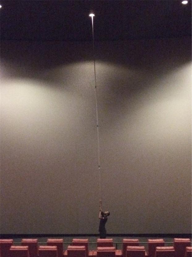 Cách người ta thay bóng đèn trong rạp chiếu phim IMAX