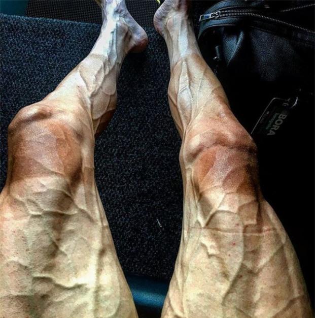 Đôi chân của vận động viên đua xe đạp chuyên nghiệp