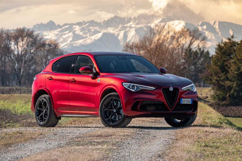 =9. Alfa Romeo Stelvio Quadrifoglio (công suất tối đa: 505 mã lực, thời gian tăng tốc từ 0-100 km/h: 3,8 giây).