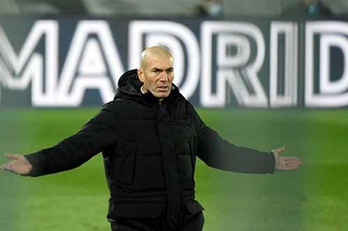 Zidane nổi giận với trọng tài vì Real bị thổi phạt penalty sau lỗi chạm tay của... Sevilla