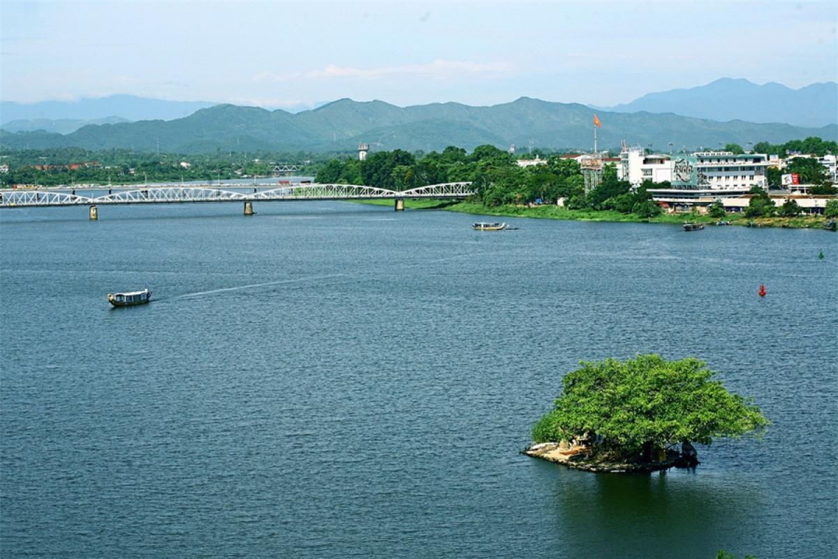 Dòng sông Hương hiền hòa chảy qua, và làm nên thành phố Huế.