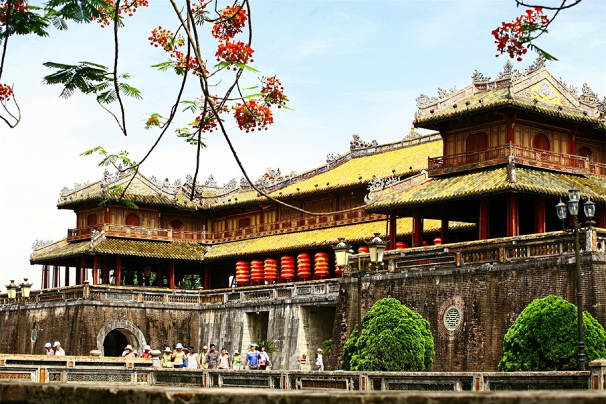 Ngọ Môn, cổng chính vào Hoàng Thành (còn gọi là Đại Nội). Ngọ Môn là được coi là gương mặt của Hoàng Thành và là biểu tượng của kiến trúc cung đình Huế.