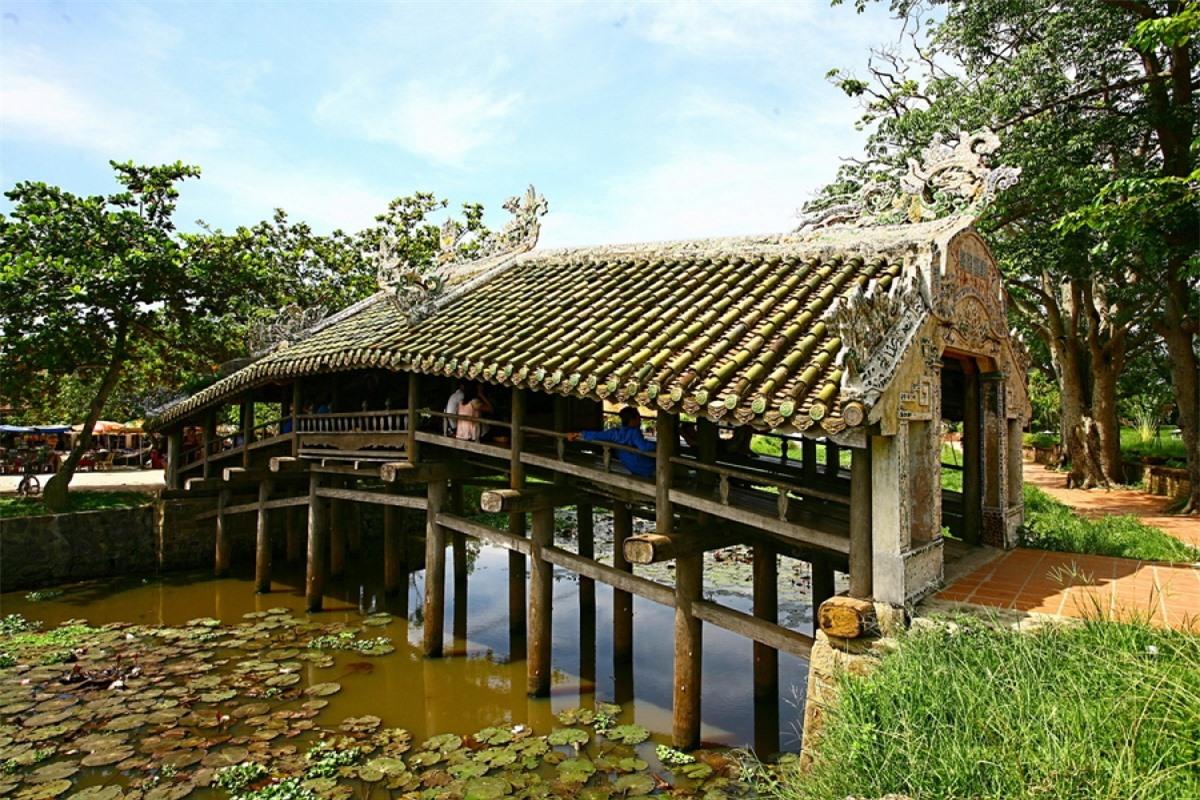 Cầu ngói Thanh Toàn ở xã Thủy Thanh, huyện Hương Thủy, cách TP Huế 8km về phía Đông Nam. Đây là một kiến trúc đặc sắc đã được xếp hạng di tích cấp quốc gia.
