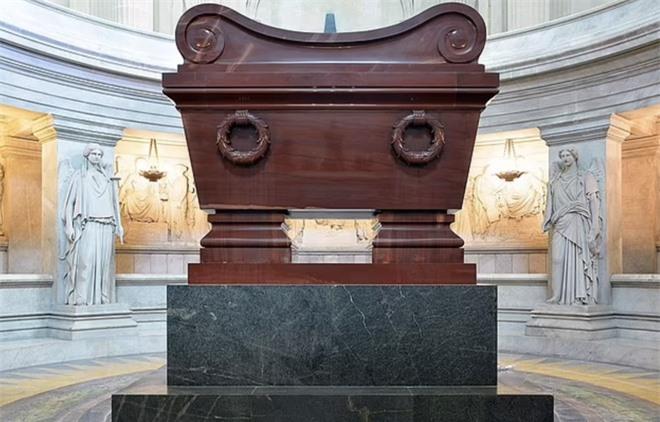 Napoléon chết vì nỗi ám ảnh với nước hoa, dùng 50 chai mỗi tháng? - Ảnh 4.