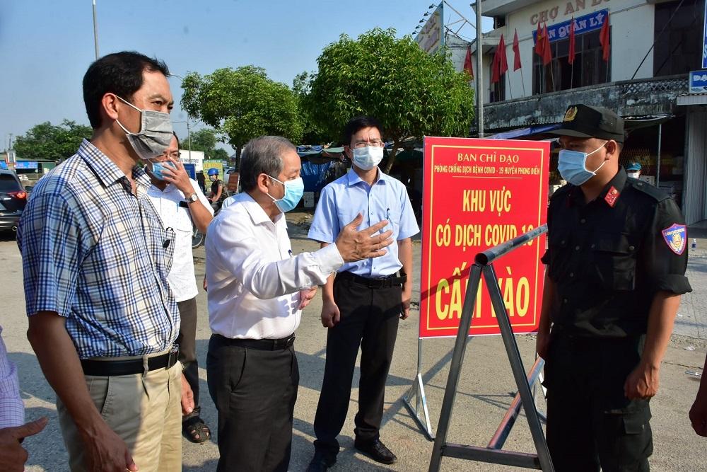 Chủ tịch UBND tỉnh Thừa Thiên Huế Phan Ngọc Thọ kiểm tra tại chốt kiểm soát phong tỏa khu vực chợ An Lỗ, xã phong Hiền, huyện Phong Điền.
