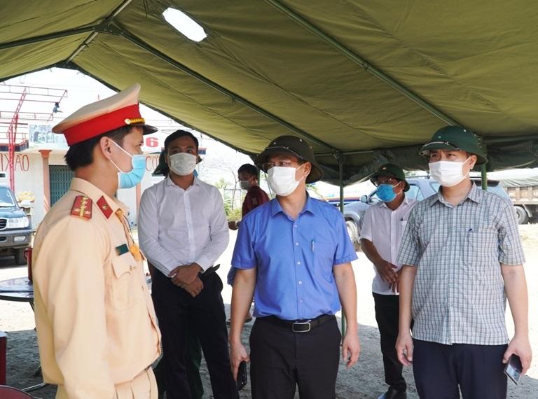 Phó Chủ tịch UBND tỉnh Thừa Thiên Huế Nguyễn Thanh Bình kiểm tra các chốt kiểm soát y tế tại huyện Phú Lộc.