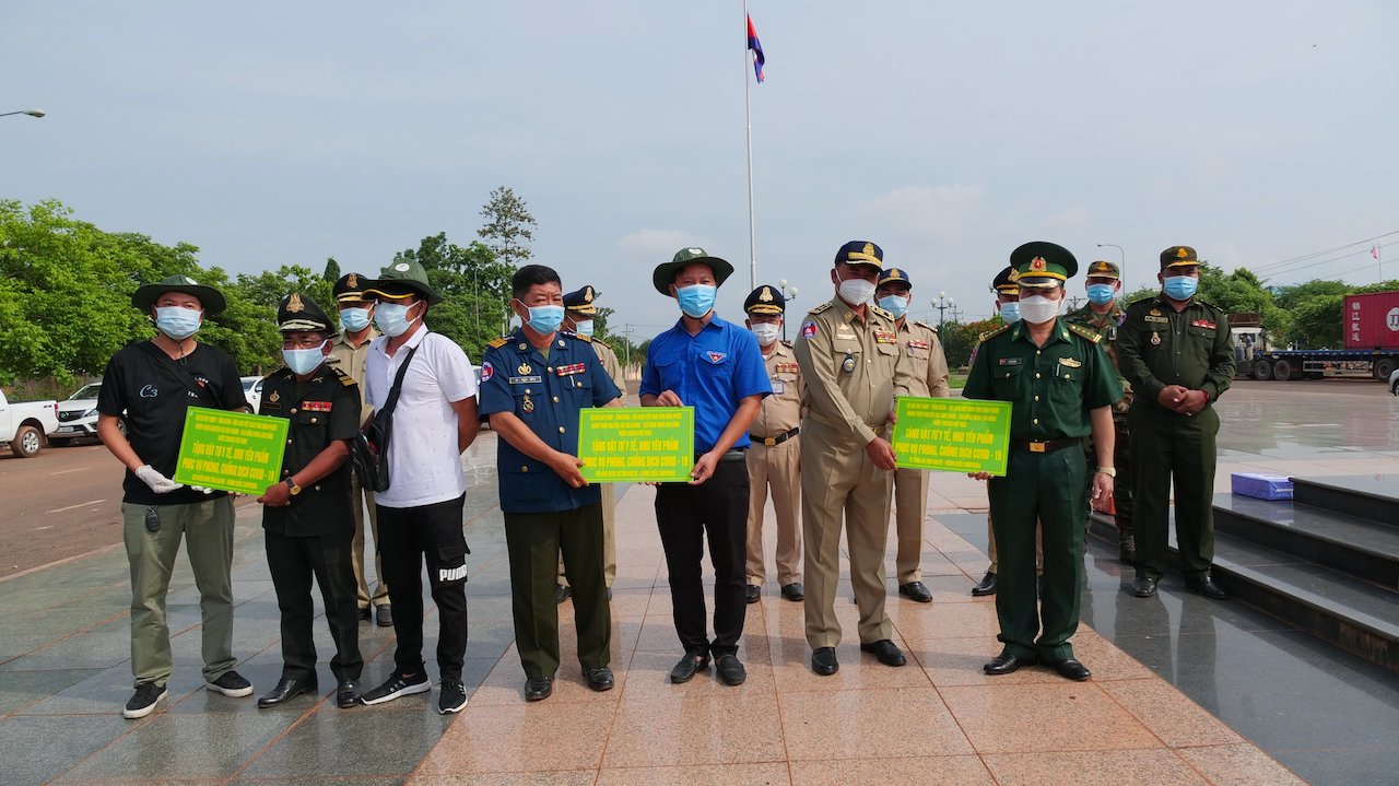 Đại diện Tỉnh Đoàn - Hội LHTN Việt Nam tỉnh Bình Phước, BCH Bộ đội Biên phòng tỉnh cùng các nhà tài trợ trao bảng tượng trưng các nguồn lực hỗ trợ cho các lực lượng vũ trang tỉnh Karatie, Vương quốc Campuchia