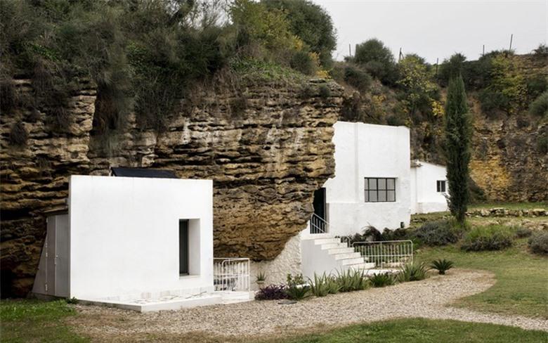 ngôi nhà ẩn mình khiêm tốn bên khe núi nhưng sở hữu vẻ đẹp độc lạ đến bất ngờ