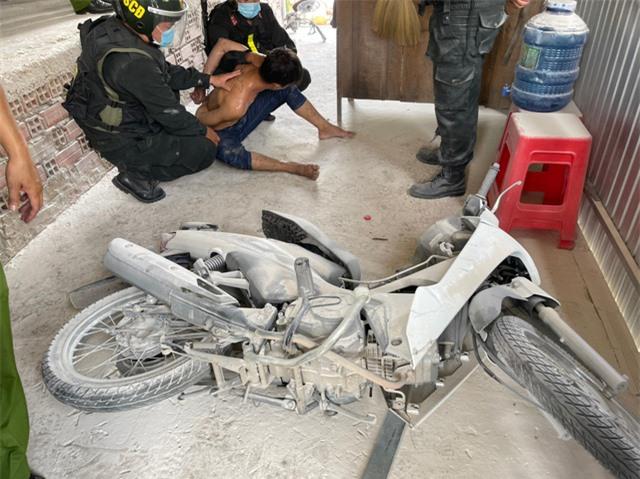 Cảnh sát phá cửa bắt kẻ ngáo đá đốt nhà mẹ ruột ở Tiền Giang - Ảnh 1.