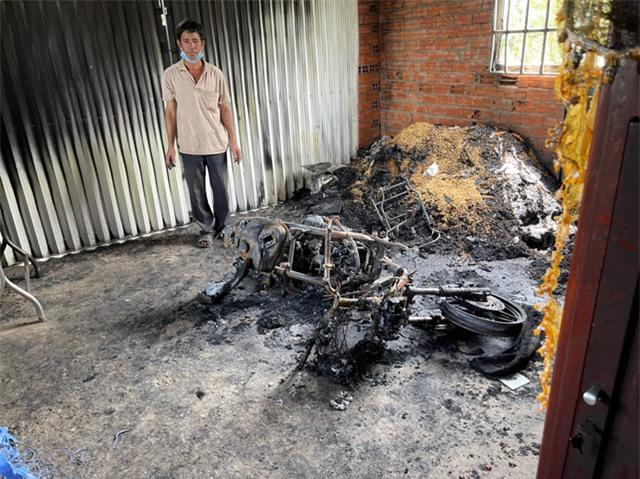 Cảnh sát phá cửa bắt kẻ ngáo đá đốt nhà mẹ ruột ở Tiền Giang - Ảnh 2.