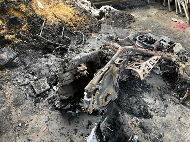 Cảnh sát phá cửa bắt kẻ ngáo đá đốt nhà mẹ ruột ở Tiền Giang - Ảnh 3.
