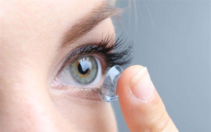 Hỏng mắt vì sử dụng kính áp tròng sai cách
