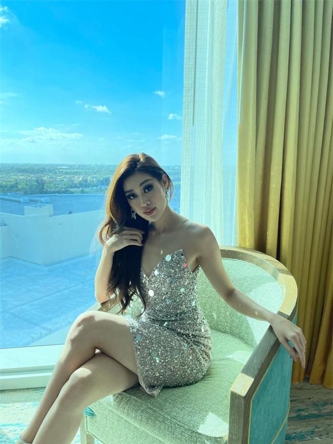 """Khánh Vân tiếp tục sexy """"đốt mắt"""" trong ngày thứ 5 thi Miss Universe 2020, điểm nhấn vẫn là đôi chân siêu dài - Ảnh 6."""