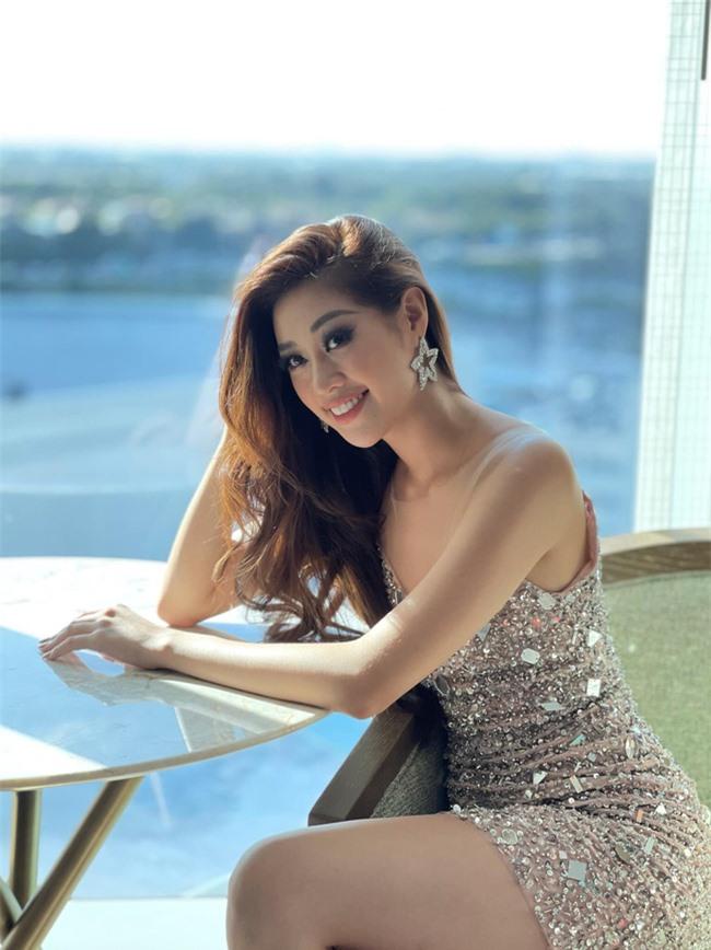 """Khánh Vân tiếp tục sexy """"đốt mắt"""" trong ngày thứ 5 thi Miss Universe 2020, điểm nhấn vẫn là đôi chân siêu dài - Ảnh 7."""