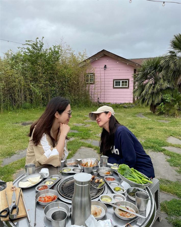Son Ye Jin hẹn hò với ai mà nhìn ánh mắt ngọt ngào, vui vẻ như thế này? - Ảnh 2.
