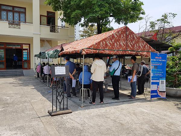 Người dân khai báo y tế trước khi vào giao dịch tại Trung tâm hành chính quận Hải Châu (TP Đà Nẵng)