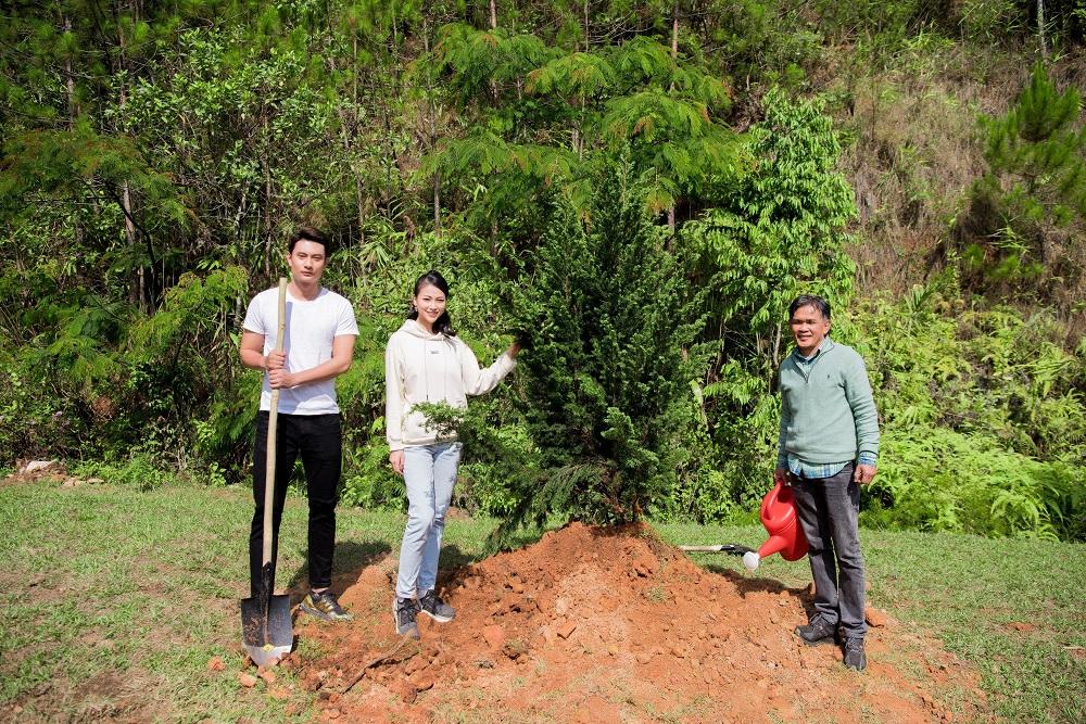 Cùng với ông Văn Tuấn Anh (bên phải), chủ Khu du lịch Làng Cù Lần, nơi sẽ diễn ra Miss Earth Vietnam 2021 .