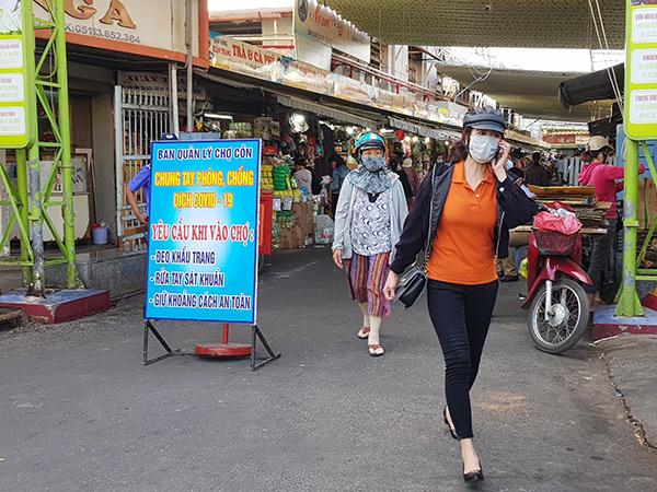 Khách đến mua sắm tại các chợ trên địa bàn Đà Nẵng thực hiện đúng quy định về phòng, chống dịch COVID-19.